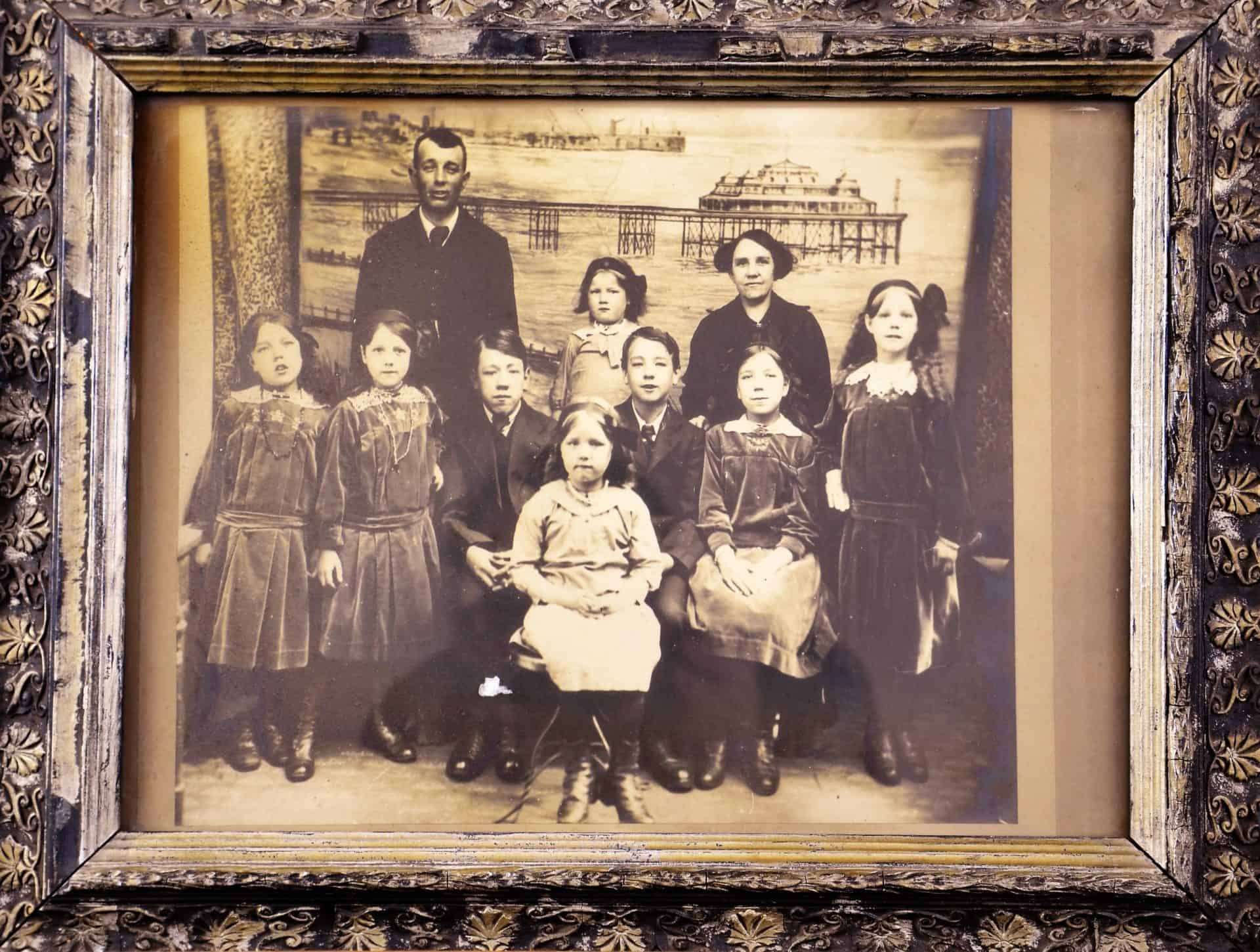 F6298 (1) Photograph of the Dutt family 1914 Art Store C3